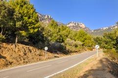 Camino típico de la altiplanicie en España con límite de velocidad cruzado de 60 kilómetros por hora Fotos de archivo