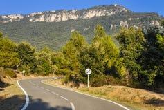 Camino típico de la montaña en España con límite de velocidad cruzado de 60 kilómetros por hora Fotos de archivo libres de regalías
