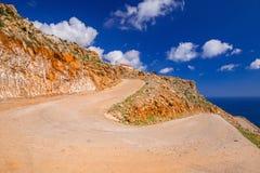 Camino torcido de la montaña a la playa del limania de Seitan en Creta Imagenes de archivo