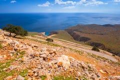Camino torcido de la montaña a la playa del limania de Seitan en Creta Fotos de archivo libres de regalías