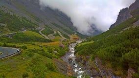 Camino torcido de la montaña a través de las montañas Imágenes de archivo libres de regalías