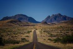 Camino a través de Davis Mountains, Tejas Imagen de archivo
