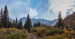 Camino a través de las montañas fotos de archivo libres de regalías