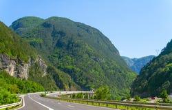 Camino a través de las montañas Foto de archivo libre de regalías