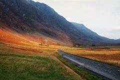 Camino a través de las montañas escocesas foto de archivo