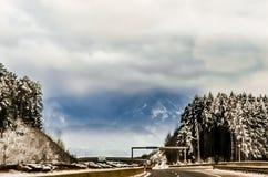 Camino a través de las montañas tempestuosas Imagen de archivo libre de regalías