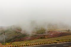 Camino a través de las nubes en las montañas Fotos de archivo
