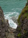 Camino a través de las rocas que llevan al mar imagen de archivo libre de regalías
