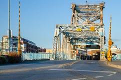 Camino a través de un puente levadizo de acero foto de archivo