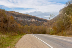 Camino a través de una garganta de la montaña Imágenes de archivo libres de regalías