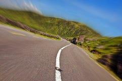 Camino a través de una montaña escénica en el movimiento Foto de archivo libre de regalías