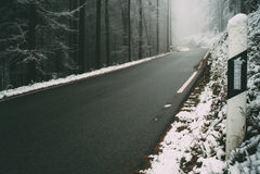 Camino a través del bosque de Odenwald en invierno Fotos de archivo