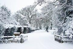 Camino a través del campo en invierno con nieve Foto de archivo libre de regalías