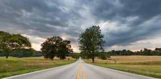Camino a través del clima tempestuoso imagenes de archivo