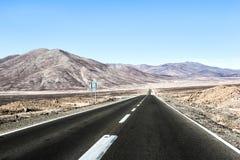 Camino a través del desierto Fotos de archivo libres de regalías