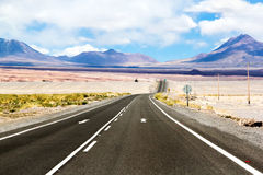 Camino a través del desierto Fotos de archivo