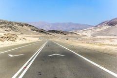 Camino a través del desierto Imágenes de archivo libres de regalías