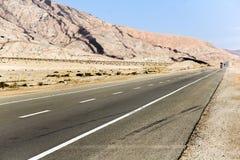 Camino a través del desierto Imagen de archivo libre de regalías