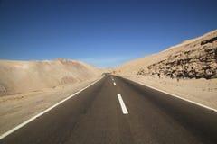 Camino a través del desierto de Atacama, Chile Imagenes de archivo