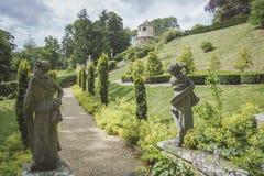 Camino a través del jardín inglés formal Imagenes de archivo