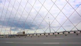 Camino a través del puente con el cielo azul y las nubes almacen de metraje de vídeo