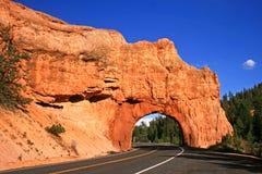 Camino a través del túnel rojo de la roca, Utah Foto de archivo libre de regalías