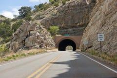 Camino a través del túnel de la montaña Imagen de archivo