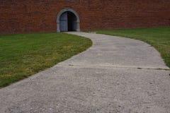 Camino a una pared de ladrillo de la puerta abierta Fotos de archivo