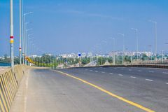 Camino urbano y postes ligeros fotografía de archivo