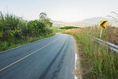 Camino vacío con luz del sol en la montaña Fotografía de archivo libre de regalías