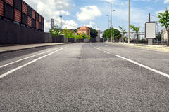 Camino vacío de la calle en ciudad con el cielo Imágenes de archivo libres de regalías