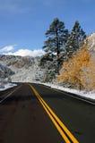 Camino vacío de la montaña con nieve imagen de archivo libre de regalías
