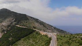 Camino vacío de las montañas y cielo azul metrajes