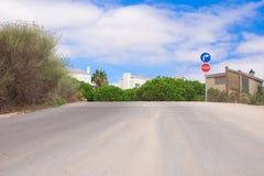 Camino vacío del campo escénico con el cielo azul Foto de archivo