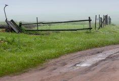 Camino vacío del campo a través de campos con el trigo, cielo Fotos de archivo libres de regalías