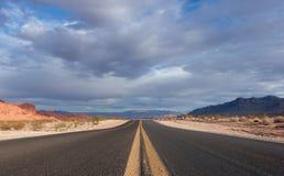 Camino vacío del desierto de Nevada fotografía de archivo libre de regalías