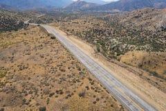 Camino vacío del desierto en el Mojave de California Imágenes de archivo libres de regalías