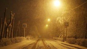 Camino vacío del invierno en la noche en la ciudad, muestra del paso de peatones almacen de video