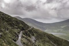 Camino vacío en Conor Pass, Irlanda Imagen de archivo