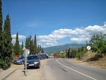 Camino vacío en el área montañoso-montañosa meridional en un día de verano caliente fotografía de archivo libre de regalías