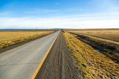 Camino vacío en el medio de la Patagonia chilena Fotografía de archivo libre de regalías