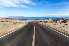 Camino vacío en el medio del desierto en Chile septentrional Imagenes de archivo