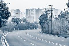 Camino vacío en el tiempo de niebla de la mañana Foto de archivo