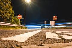 Camino vacío en la noche/el camino cerrado en la oscuridad foto de archivo libre de regalías
