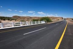 Camino vacío en Namibia Imágenes de archivo libres de regalías