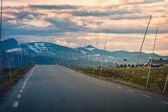Camino vacío en Noruega, Europa Viaje de la puesta del sol Foto de archivo libre de regalías