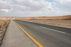 Camino vacío que lleva a través de un desierto Imagen de archivo
