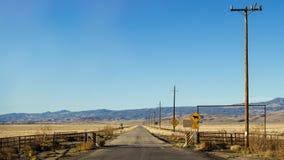 Camino vacío en un desierto Imagen de archivo libre de regalías