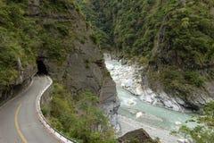 Camino vacío en un paisaje rugoso, rocoso y enorme en Taroko Fotos de archivo