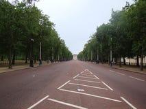 Camino vacío en un parque en la ciudad de Londres con los árboles en lados Imagenes de archivo
